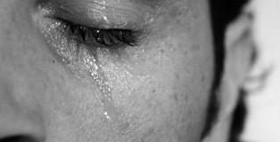 uomo piange