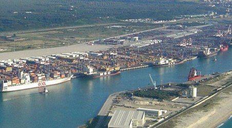 Sequestrati 22mila prodotti contraffatti al porto di Gioia Guardia di finanza, Agenzia della dogana e Monopoli hanno intercettato tre container provenienti da Bangladesh e Cina, carichi di magliette, scarpe e giocattoli con marchi falsificati