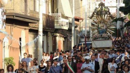 Burlesque La diocesi di Oppido-Palmi sblocca le processioni. La Madonna di Tresilico ringrazia e si inchina a mons. Milito…