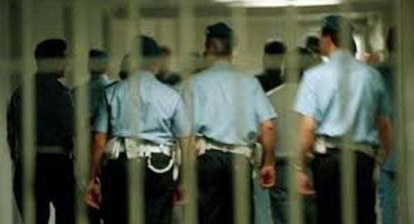 Tenta suicidio in carcere, salvato da agenti penitenziaria Un minore si è dato fuoco dopo essersi cosparso il corpo con del liquido infiammabile