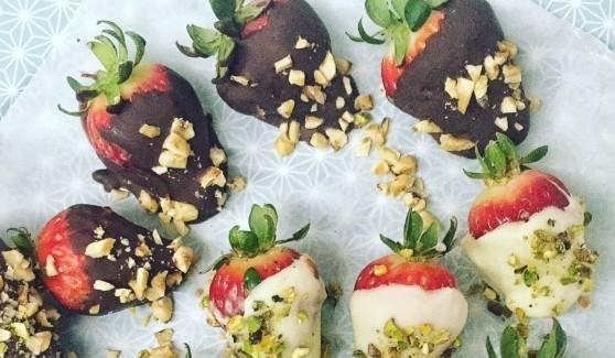 Fragole al doppio cioccolato Un dessert veloce per gli amanti del cioccolato