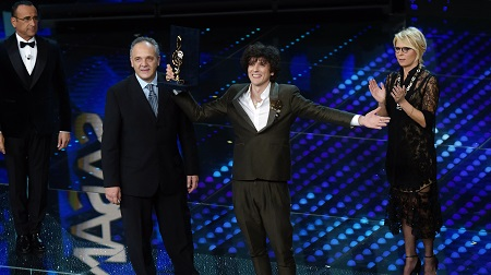 """Sanremo, Ermal Meta vince la serata cover L'opera di Affidato premia l'interpretazione di """"Amara terra mia"""" di Domenico Modugno"""