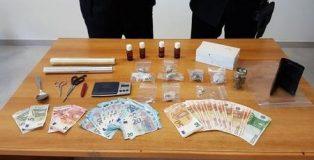 La sostanza stupefacente e il denaro sequestrato ad un 38enne arrestato a Lamezia Terme.