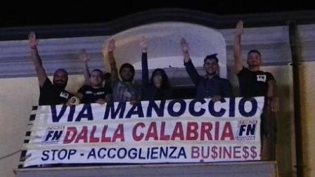 Forza Nuova contro delegato accoglienza Calabria Striscione offensivo nei confronti di Giovanni Manoccio durante un concerto di Povia. Saluto romano dei militanti. Replica di Pirillo