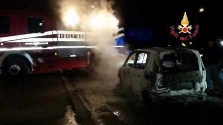 Incendio autovettura, intervento Vigili del Fuoco L'auto è andata completamente distrutta