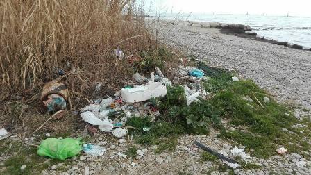"""Cariati, incivili abbandonano immondizia sul lungomare Il sindaco Filomena Greco: """"C'è chi non si arrende al cambiamento"""""""
