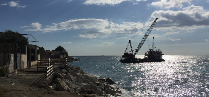 Erosione costiera del litorale di Bocale, iniziati i lavori Questa mattina posta la prima pietra in acqua