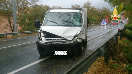 Incidente sulla SS 106 in prossimità di Montepaone Scontro tra un autofurgone ed un camion, un ferito