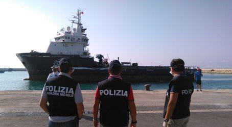 Sbarco umanitario a Reggio, fermati due scafisti Ad entrambi i fermati la Procura della Repubblica ha contestato il delitto di favoreggiamento dell'immigrazione clandestina