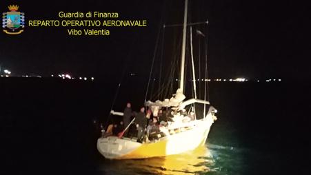 Crotone, soccorso veliero con 56 migranti a bordo Arrestati 3 scafisti di nazionalità ucraina