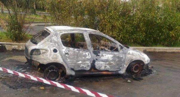 Trovato corpo carbonizzato uomo all'interno di un'auto Dai primi accertamenti il cadavere è del proprietario della vettura