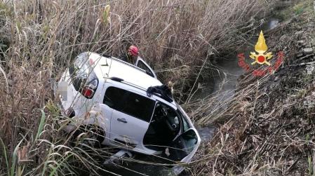 Violento impatto tra auto, rimaste ferite due persone Una delle vetture coinvolte nell'incidente è finita in un canale