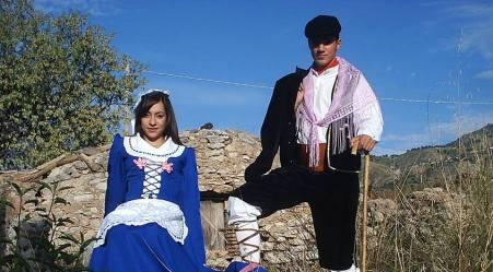 Canzoni e proverbi popolari che esaltano la donna Vittoria Savoia celebra l'universo femminile con dei versi della tradizione calabrese