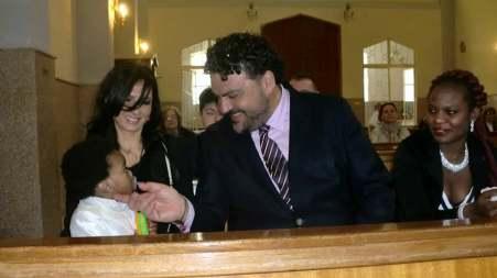 A San Roberto una storia nuova di amore e fratellanza Piccolo rifugiato battezzato dal Sindaco