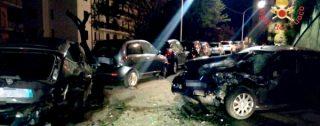 Nissan Almera perde controllo e si schianta con quattro auto parcheggiate sulla strada: ferito 21enne