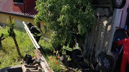 Auto finisce contro parete esterna casa, due feriti A bordo della vettura una coppia di anziani. Intervento dei Vigili del Fuoco