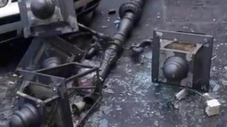 Lampione cade nel centro di Lamezia, nessun ferito Il palo ha sfiorato alcune auto parcheggiate nelle vicinanze