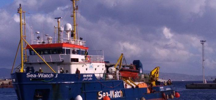 A Reggio Calabria nave con 242 migranti a bordo La nave ha stazionato per tre giorni a largo prima che giungesse dall'Italia l'autorizzazione all'approdo in un porto italiano