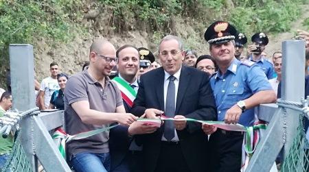 Parco Aspromonte, inaugurato Ponte per escursionisti Taglio del nastro alla presenza del Prefetto di Reggio Calabria, Michele di Bari