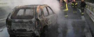 Panico sull'autostrada A2: auto in fiamme tra Rosarno e Mileto