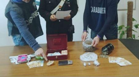 Cocaina in cucina, soldi trovati nella culla di un bimbo I Carabinieri hanno tratto in arresto due persone