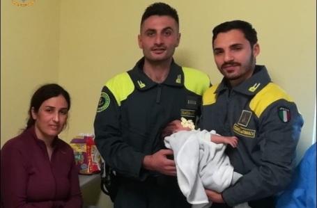 Migranti, Finanzieri salvano bambino di pochi mesi Durante le operazioni di assistenza a seguito di uno sbarco. Era intrappolato con la madre nella barca incagliata a pochi metri dal lido del mare
