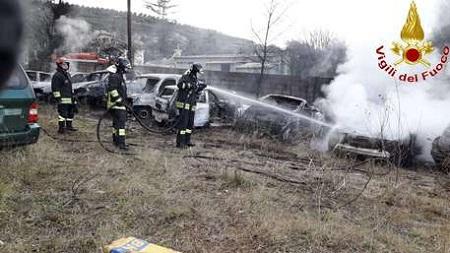 Incendio in un deposito auto, danneggiate dieci vetture Gli investigatori non escludono l'ipotesi dolosa del rogo