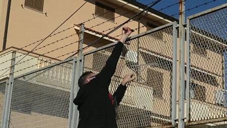 """Rizziconi, Klaus Davi spezza filo spinato villa del boss Crea Il commento del massmediologo: """"Si tratta di un piccolo gesto simbolico. Lo Stato dovrebbe intervenire"""""""