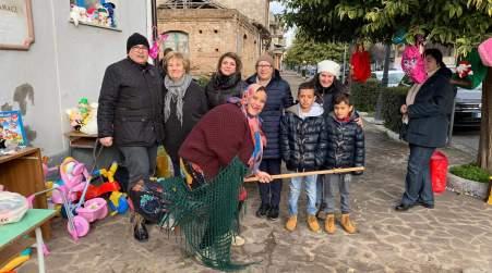 """La """"Befana"""" Miriam Sorace per le strade di Taurianova Domani sarà all'ospedale di Polistena per distribuire caramelle e cioccolata al reparto di Pediatria"""
