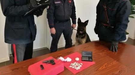 Spaccio e detenzione arma clandestina, in manette 32enne I Carabinieri hanno sequestrato una pistola calibro 6,35 con matricola abrasa, cento grammi di cocaina ed un bilancino di precisione
