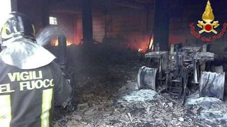 Calabria, incendiato deposito di un'azienda agricola Distrutti diversi automezzi ed attrezzi. La struttura è stata dichiarata inagibile