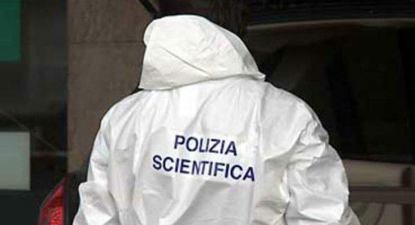 Medico morto in casa con colpo di pistola al petto La Polizia Scientifica ha effettuato i rilievi del caso per chiarire la dinamica dell'accaduto