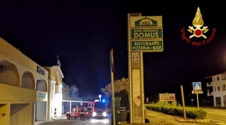 Incendiato nella notte un albergo, danni alla struttura Indagini dei Carabinieri per individuare le cause del rogo