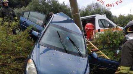 Auto finisce contro un palo dell'Enel, ferito un uomo Necessario l'intervento dei Vigili del Fuoco per estrarre il 60enne dalla vettura