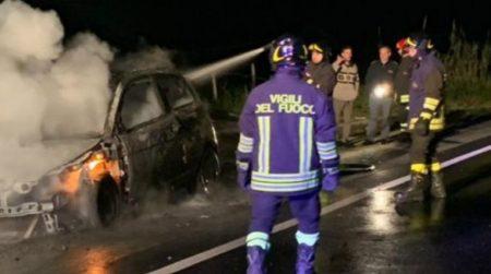 Anomalia al motore, auto in fiamme sulla statale 106 I Vigili del Fuoco sono intervenuti per spegnere l'incendio