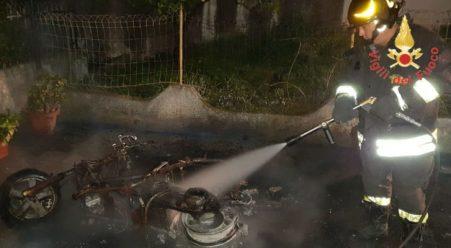 Incendiato uno scooter, intervento dei Vigili del Fuoco Avviate le indagini da parte dei Carabinieri