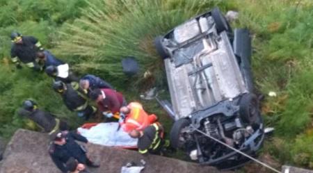 Sbanda con auto in un dirupo: muore 24enne nel Reggino Intervento dei Vigili del Fuoco per recuperare il corpo della donna