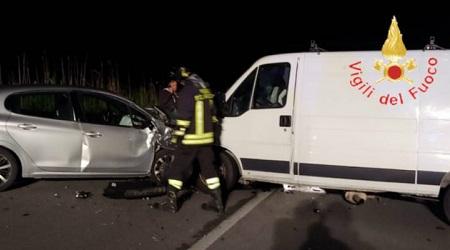 Violento incidente stradale in Calabria: due persone ferite Intervento dei vigili del fuoco per la messa in sicurezza delle vetture. Accertamenti da parte dei Carabinieri