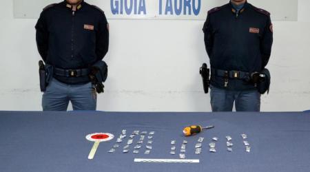 Cocaina nascosta in auto, arrestato 52enne di Rosarno Fermato dalla Polizia di Gioia Tauro per il reato di detenzione ai fini di spaccio di sostanza stupefacente