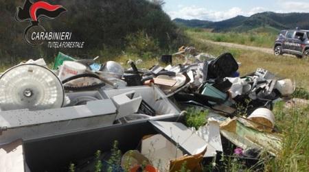Illecito abbandono di rifiuti, sanzionate dieci persone I Carabinieri Forestale hanno individuato un sito che stava per diventare una vera e propria discarica