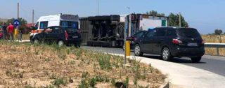 Incidente in Calabria, autoarticolato si ribalta sulla strada statale 106