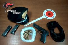 Oppido Mamertina, dopo un inseguimento i carabinieri arrestano Luciano Castagnella Sparano diversi colpi di fucile contro una abitazione di Castellace. I militari dell'arma accorsi  sul posto riescono ad acciuffare gli autori