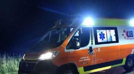 Auto finisce fuori strada: tre persone ferite Trasportate d'urgenza in ospedale
