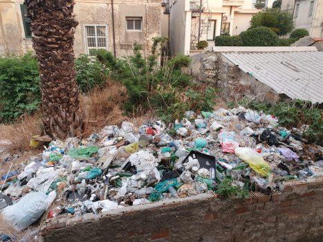 Una discarica di rifiuti nel centro storico di Taurianova