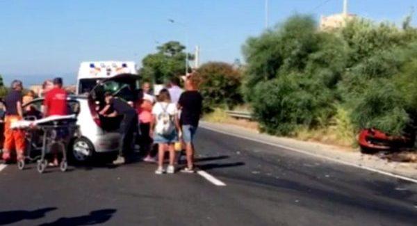 Scontro tra due auto sulla statale 106: cinque persone ferite Gravi le condizioni di una donna trasportata in ospedale con l'elisoccorso