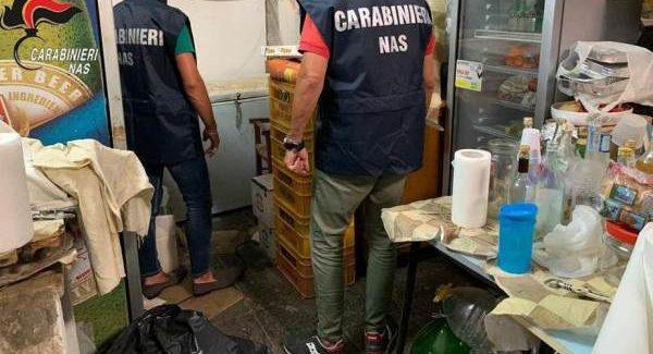 Alimenti cattivo stato conservazione, chiusa attività Deferito il titolare. Sigilli dei Carabinieri Nas anche a due stabilimenti balnerari