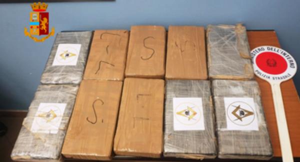 Oltre dieci chili di cocaina nell'auto, arrestato 30enne La droga è stata sequestrata dalla Polizia Stradale
