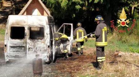 Furgone in fiamme in bosco, all'interno c'era bombola Gpl Indagini dei Carabinieri: l'incendio sarebbe di natura dolosa