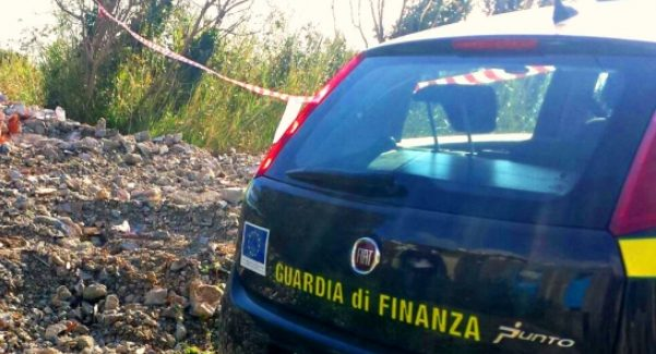 Sversava rifiuti in area demaniale, denuncia nel Reggino La Guardia di Finanza ha sequestrato autocarro e terreno