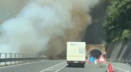 In fiamme costone montagna, la statale 107 invasa dal fumo Intervento di Vigili del Fuoco e Polizia Stradale
